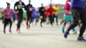 Zamazany kolorowy tłum ludzie biega przy miasto maratonem na asfaltowej drodze zdjęcie wideo