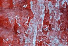 Zamazany lodowy tło, lód nad czerwoną ścianą z cegieł obraz royalty free