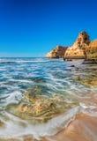 Zamazany morze macha na dennym krajobrazie Portugalia Zdjęcie Stock