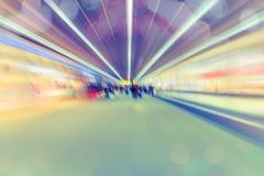 Zamazany niezidentyfikowany dużo zaludnia podróżnika przy lotniskowym terminal dla tła Obrazy Stock