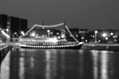 Zamazany nocy miasta tło z łodzią na molu Fotografia Royalty Free