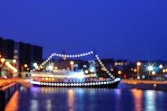 Zamazany nocy miasta tło z łodzią na molu Fotografia Stock