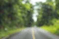 Zamazany park z bokeh światłem długi droga w padać dzień dalej zdjęcie stock