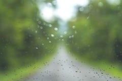 Zamazany park z bokeh światłem długi droga w padać dzień dalej fotografia stock
