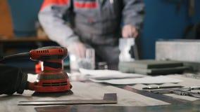 Zamazany pracownik gromadzić metal część ręką z cążkami, narzędzia dla mleć metal i metali szczegóły w zbiory wideo