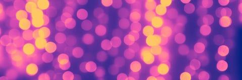 Zamazany purpurowy t?o z naturalnymi bokeh ?wiat?a lilymi i ? zdjęcie royalty free