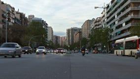 Zamazany ruch drogowy w Barcelona przy półmrokiem zdjęcie wideo