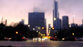 Zamazany ruch drogowy w mieście przy nocą Samochody rusza się przez skrzyżowania z Chicagowskimi budynkami w tle zbiory