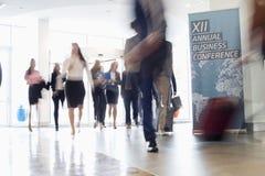 Zamazany ruch ludzie biznesu chodzi w convention center fotografia royalty free