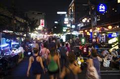 Zamazany ruch ludzie podróżuje i chodzący Khaosan drogę Obrazy Royalty Free