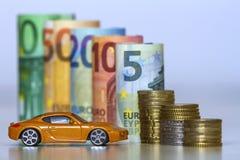 Zamazany rząd nowych euro banknotów i stosów monety z kolor żółty zabawki drogim sportem ca staczający się sto, pięćdziesiąt, dwa Obraz Stock