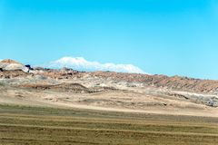 Zamazany tło Atacama pustyni krajobraz z nakrywającymi Andyjskimi wulkanami, solankowym mieszkaniem i niektóre roślinnością na ho zdjęcia stock