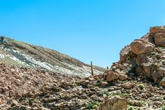 Zamazany tło Atacama pustyni krajobraz z nakrywającymi Andyjskimi wulkanami, solankowym mieszkaniem i niektóre roślinnością na ho obraz stock