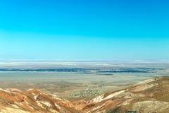 Zamazany tło Atacama pustyni krajobraz z nakrywającymi Andyjskimi wulkanami, solankowym mieszkaniem i niektóre roślinnością na ho zdjęcia royalty free