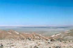 Zamazany tło Atacama pustyni krajobraz z nakrywającymi Andyjskimi wulkanami, solankowym mieszkaniem i niektóre roślinnością na ho zdjęcie royalty free