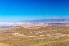Zamazany tło Atacama pustyni krajobraz z nakrywającymi Andyjskimi wulkanami, solankowym mieszkaniem i niektóre roślinnością na ho fotografia royalty free