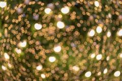 Zamazany tło dekorująca rozjarzona choinka zdjęcia royalty free