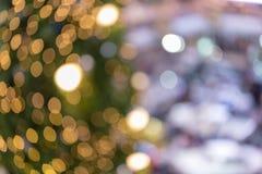 Zamazany tło dekorująca rozjarzona choinka obraz stock