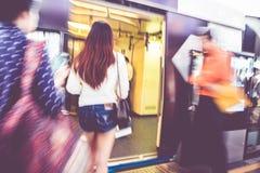 Zamazany tło, ludzie podróżuje przy niebo pociągiem Bangkok, transpor Zdjęcia Royalty Free