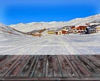 Zamazany tło zima krajobraz z drewnianym pokładem obraz stock
