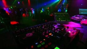 Zamazany tana tłum ludzie w klubie nocnym przy przyjęciem z DJ muzyki melanżerem zbiory wideo