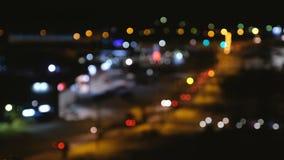 Zamazany widok miasto i droga od wzrosta Zamazany samochodu ruch drogowy w mieście zbiory wideo