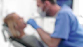 Zamazany widok pracuje w dentysty biurze dentysta zdjęcie wideo