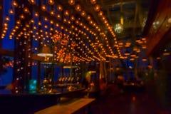 Zamazany widok wnętrze bar w wieczór dla wzoru i tła Fotografia Stock