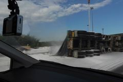 Zamazany wizerunek ciężarowy ślizganie wypadku strony sposób i policja zdjęcie royalty free