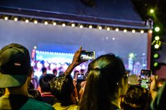 Zamazany wizerunek - ludzie biorą obrazek z jego smartphone w Lang Pong żywych występach w nocy przy Bangkok, Tajlandia zdjęcia royalty free