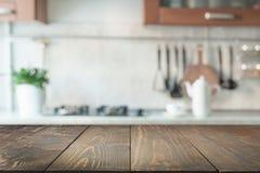 zamazujący abstrakcyjne tło Nowożytna kuchnia z tabletop i przestrzeń dla pokazu twój produkty Obrazy Stock
