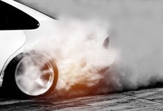 Zamazujący dryftowy samochód, Samochodowy koło dryfuje i dymi Obrazy Royalty Free