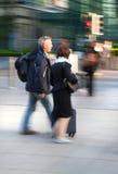 Zamazuje, ludzie biznesu chodzi na ulicie przeciw bank anglii ścianie Fotografia Stock