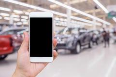Zamazuje rząd nowy samochód przy samochodowym sala wystawowej przedstawicielstwem handlowym Fotografia Stock