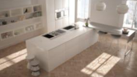 Zamazuje tło wewnętrznego projekt, nowożytny kuchenny meble w klasycznym pokoju, stara parkietowa, minimalistyczna architektura, fotografia royalty free