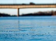 Zamazywać tło marznącą rzekę Fotografia Royalty Free