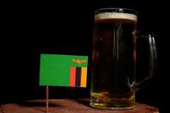 Zambia flaga z piwnym kubkiem na czerni Zdjęcia Stock