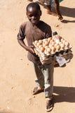 ZAMBIA - OKTOBER 14 2013: De plaatselijke bevolking gaat over het leven van dag tot dag Royalty-vrije Stock Fotografie