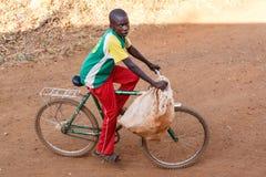 ZAMBIA - OKTOBER 14 2013: De plaatselijke bevolking gaat over het leven van dag tot dag Stock Foto