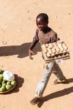 ZAMBIA - OKTOBER 14 2013: De plaatselijke bevolking gaat over het leven van dag tot dag Royalty-vrije Stock Foto's