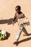 ZAMBIA - OKTOBER 14 2013: Det lokala folket går omkring dagen till dagliv Royaltyfria Foton