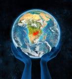Zambia op aarde in handen Royalty-vrije Stock Afbeelding