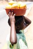 ZAMBIOWIE - PAŹDZIERNIK 14 2013: Lokalni ludzie iść wokoło życie w zambiach Fotografia Royalty Free