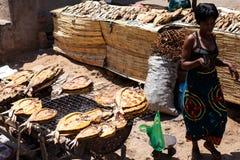 ZAMBIOWIE - PAŹDZIERNIK 14 2013: Lokalni ludzie iść wokoło z dnia na dzień życie Fotografia Stock