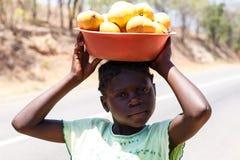 ZAMBIOWIE - PAŹDZIERNIK 14 2013: Lokalni ludzie iść wokoło z dnia na dzień życie Obrazy Royalty Free