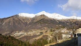 Zambladorp en Menna-piek in de winterlandschap, Bergamo, Italië Royalty-vrije Stock Foto's