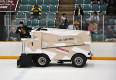 Zamboni dans le jeu d'hockey de NCAA image libre de droits
