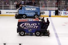 Zamboni im Eis-Hockey-Spiel lizenzfreie stockbilder