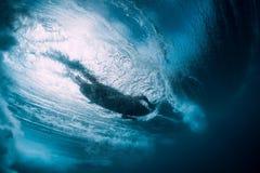Zambullida de la mujer de la persona que practica surf bajo el agua Zambullida de Surfgirl debajo de la onda imagenes de archivo