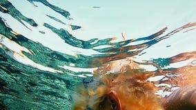 Zambullida de la mujer subacuática en máscara del salto que bucea almacen de video